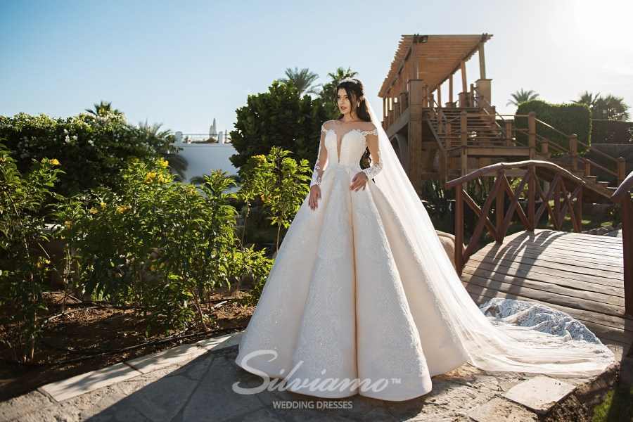 Свадебное платье с юбкой в складки