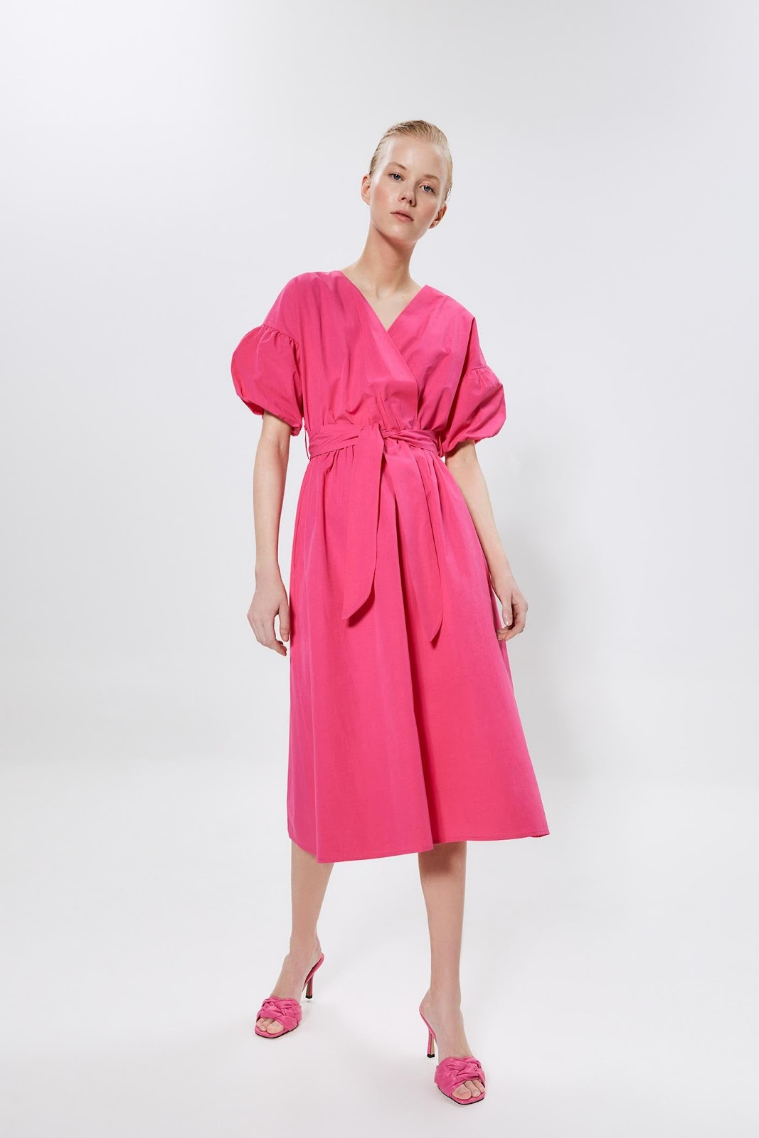 Imagen que contiene ropa, vestido, parado, rosa  Descripción generada automáticamente