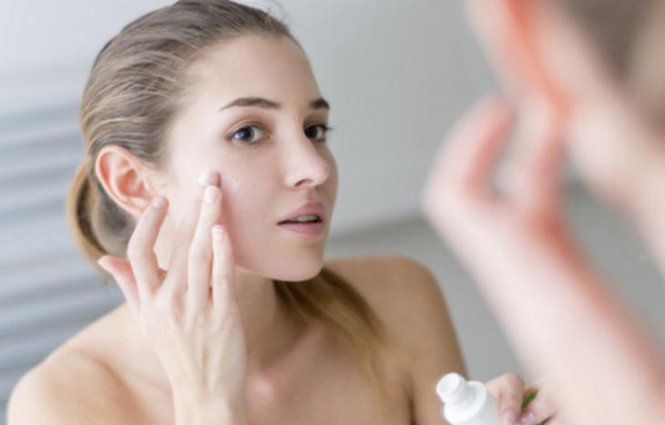 Bạn cần lưu ý gì khi bôi kem trị mụn cho da?