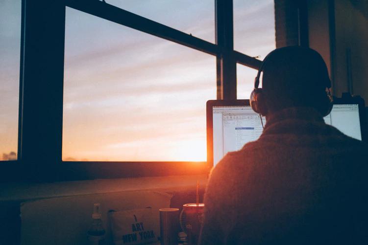 Homem sentado em frente ao computador - portfólio de programação