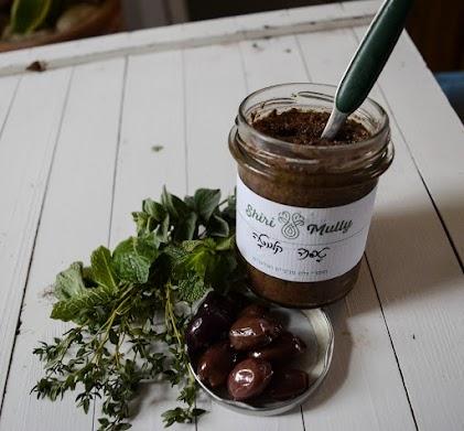 רכיבים : זית קלמטה, שום ישראלי, עשבי תיבול אורגניים, חומץ בלסמי, שמן זית.