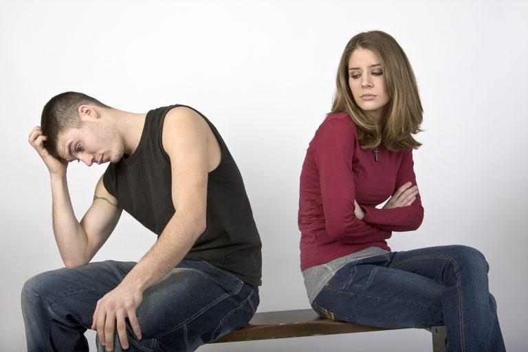 mulher e homem envolvidos em energia negativa