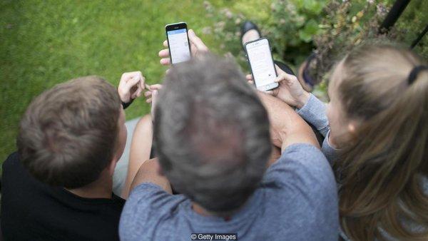 Некоторые исследования показывают, что использование телефона во время диалога влияет на качество общения.Фото: Getty Images