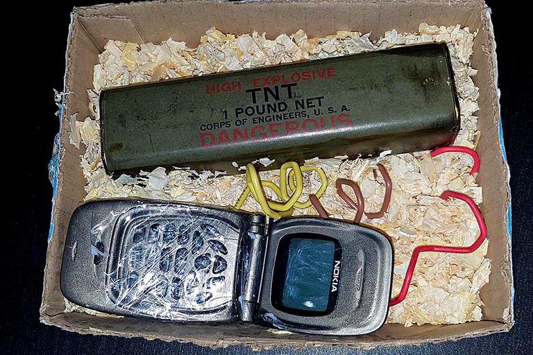 La foto de la bomba tal como que aparece en el celular del espía Leandro Araque, cuatro días antes de que la colocaran frente al exdomicilio de Vila