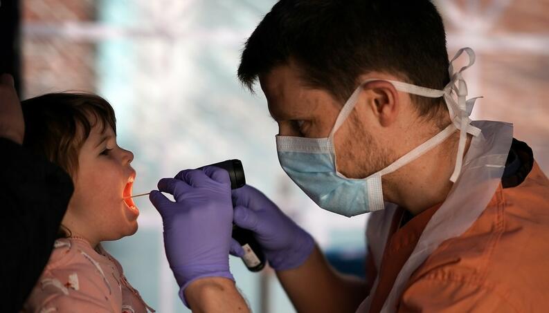 doctor atendiendo nina durante cuarentena coronavirus inglaterra abril 13 2020 1218563036