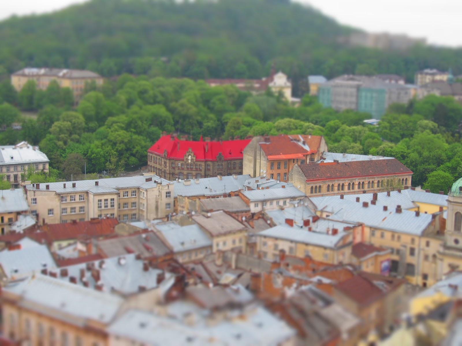 Яскравий дах діючої пожежної частини Львова