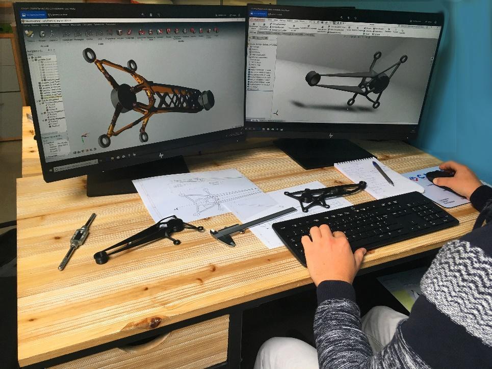 Une image contenant intérieur, mur, ordinateur, table  Description générée avec un niveau de confiance très élevé