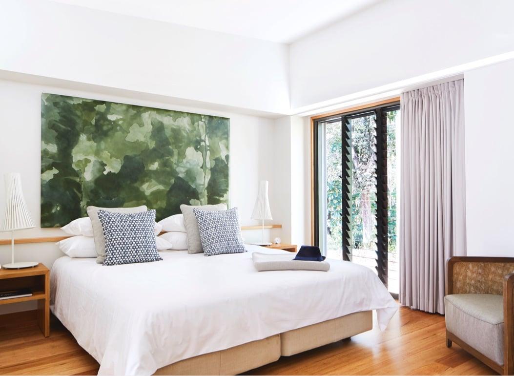 Phòng ngủ biệt thự hiện đại với tone màu trắng tinh khiết và rất đẹp mắt