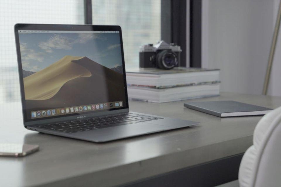 Một góc làm việc với Macbook Air 2020