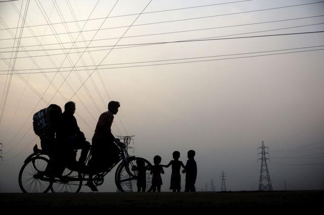 Дети играют на окраине Дакки