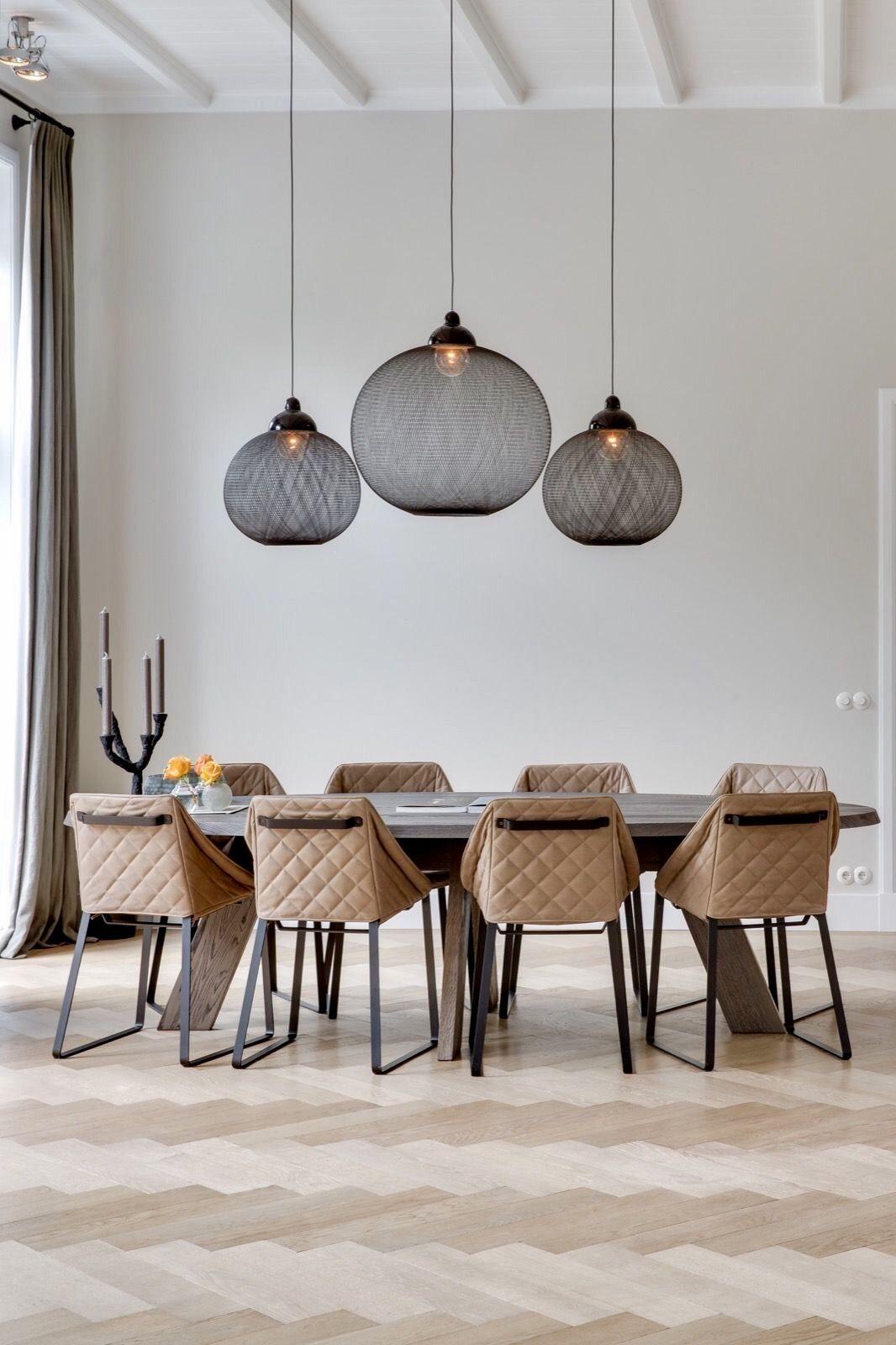 Penggunaan lampu gantung di atas meja makan - source: pinterest.com