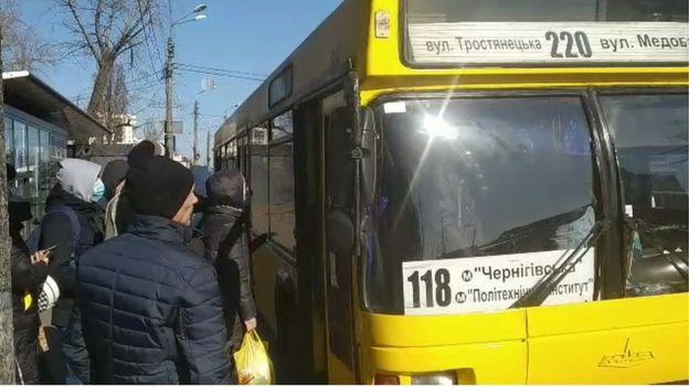 Очередь на автобусной остановке в одном из районов Киева