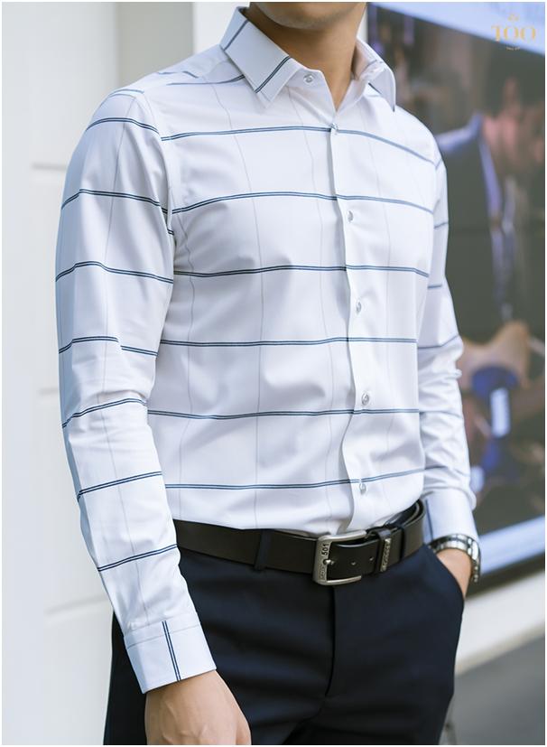 Chiếc áo sơ mi màu trắng basic kết hợp đường kẻ ngang đơn giản