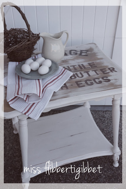Accent Table: These 50 Cheap & Easy Farmhouse Decor Ideas will help you save money and transform your space.