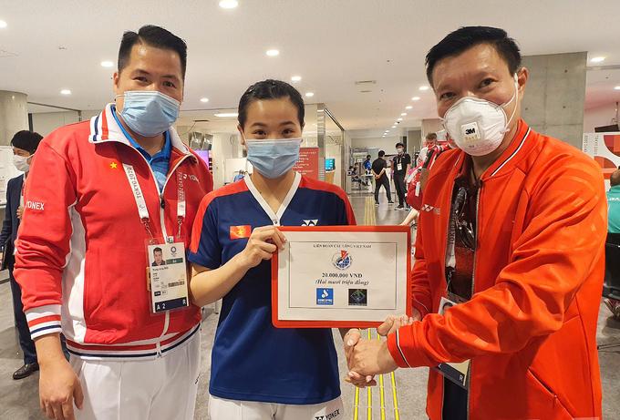 Thầy trò Nguyễn Thuỳ Linh nhận thưởng nóng sau trận thắng. Ảnh: Đoàn TTVN.