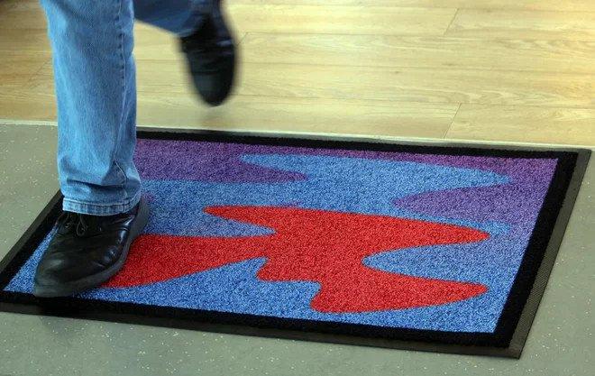 Tấm thảm với thiết kế đặc biệt nhằm chào mời người ngoài hành tinh.