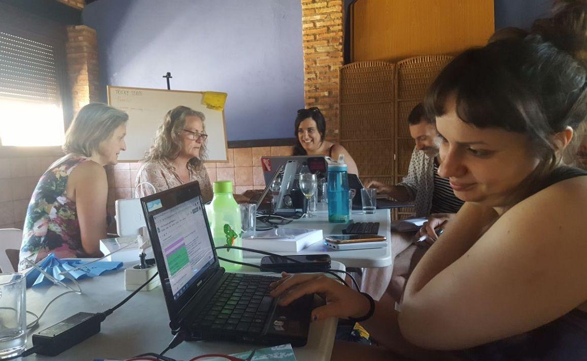Silke participando en una lluvia de ideas con el equipo de traducción. Foto: Ann Marie Utratel