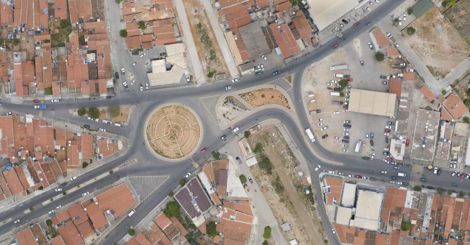 Ortofoto de ambiente urbano onde é possível visualizar vias de trânsito em cidade do interior de Pernambuco