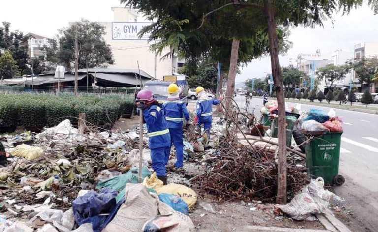 Tập thể cán bộ và công nhân - những người chuyên xử lý rác (tạm gọi là vậy) của Công ty CP Môi trường và Đô thị Đà Nẵng luôn coi công việc là lẽ sống của mình…