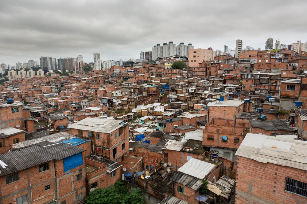 Para a pesquisadora Raquel Rolnik, a pandemia escancarou a desigualdade socioespacial. (Fonte: Shutterstock)