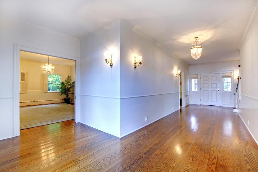http://streaming.yayimages.com/images/photographer/iriana88w/16049b2fa38ad57c6594e53e8cbd60dc/large-bright-hallway-with-hardwood-floor-and-dining-room.jpg