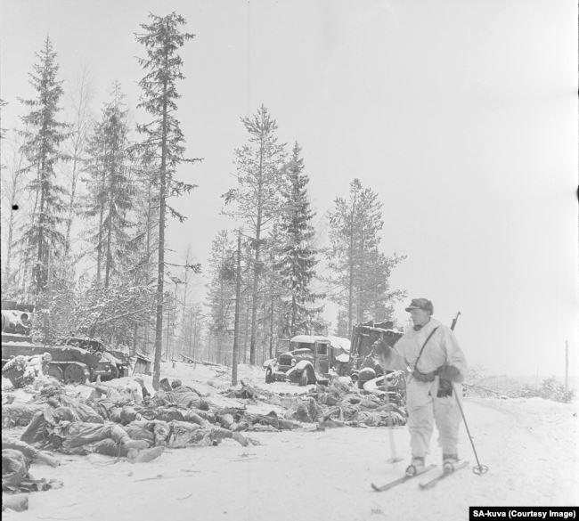 Тіла радянських військових лежать в снігу після атаки фінів