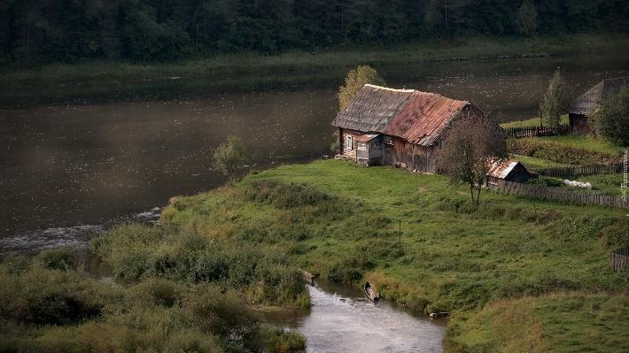 Drewniany dom nadrzeką Czusowaja