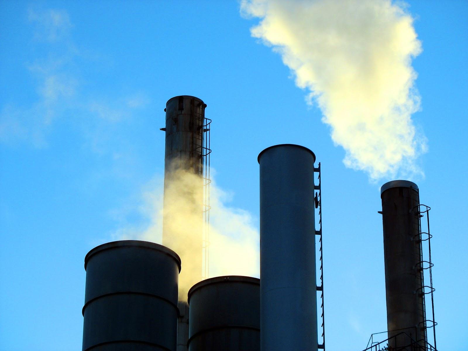 https://upload.wikimedia.org/wikipedia/commons/0/04/Industry_smoke.jpg