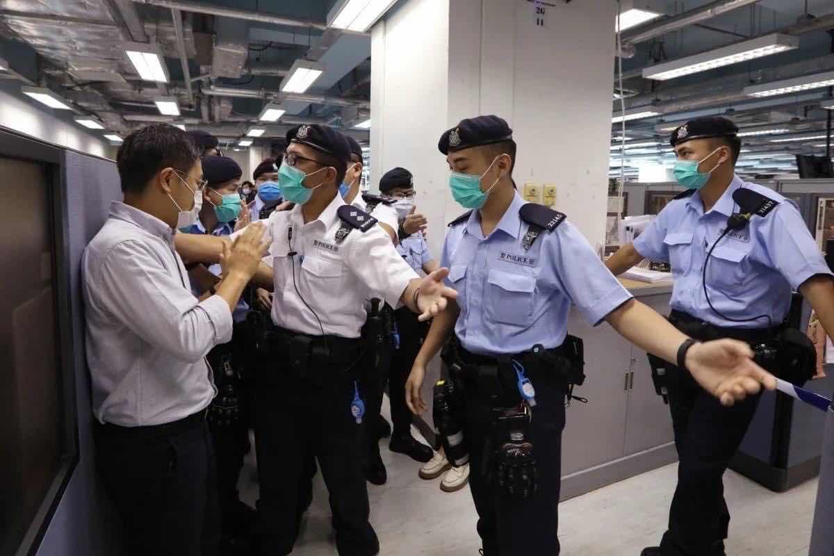 Ông Law Wai Kwong, Tổng biên tập Apple Daily đối mặt cảnh sát khi họ đổ bộ khám xét tòa soan báo