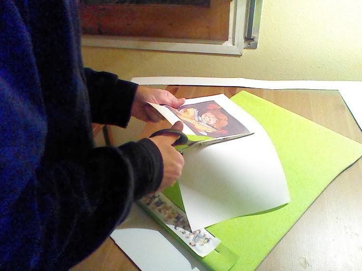 Recortaremos los dibujos que irán en el centro de nuestro guarda folios, a modo decorativo.