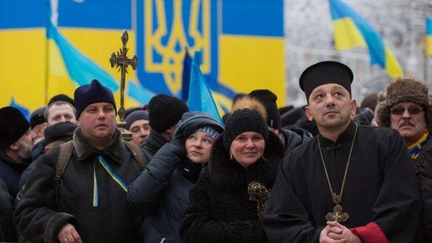 Люди на Софийской площади в ожидании завершения собора