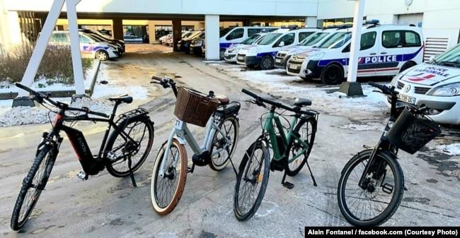 Украденные велосипеды, которые продавал сотрудник российского консульства в Страсбурге, во дворе полицейского участка