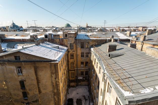 Backyard of a common house in the historic center of saint petersburg, russia. Premium Photo