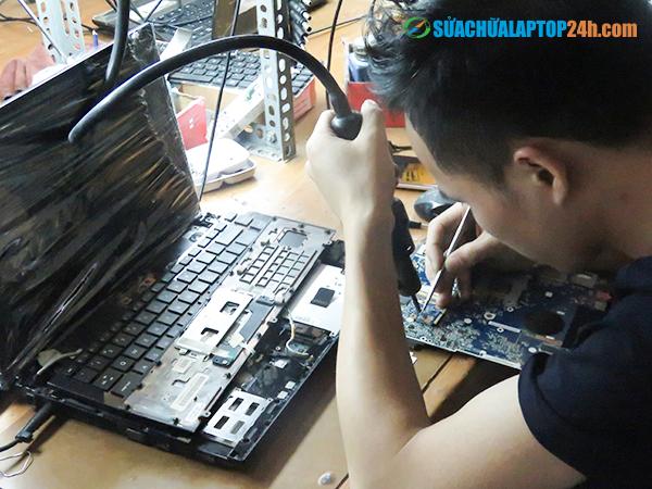 laptop-bi-nuoc-vao-6