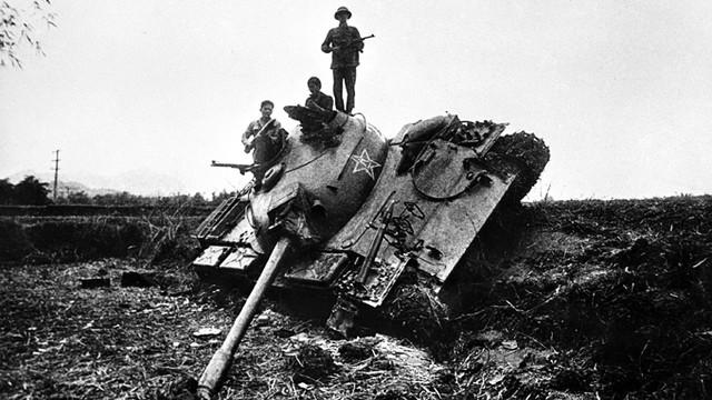 Xe tăng Trung Quốc bị quân và dân ta bắn hạ ở bản Sẩy, Hòa An, Cao Bằng lúc 8 giờ sáng 17/2. Ảnh: Mạnh Thường.