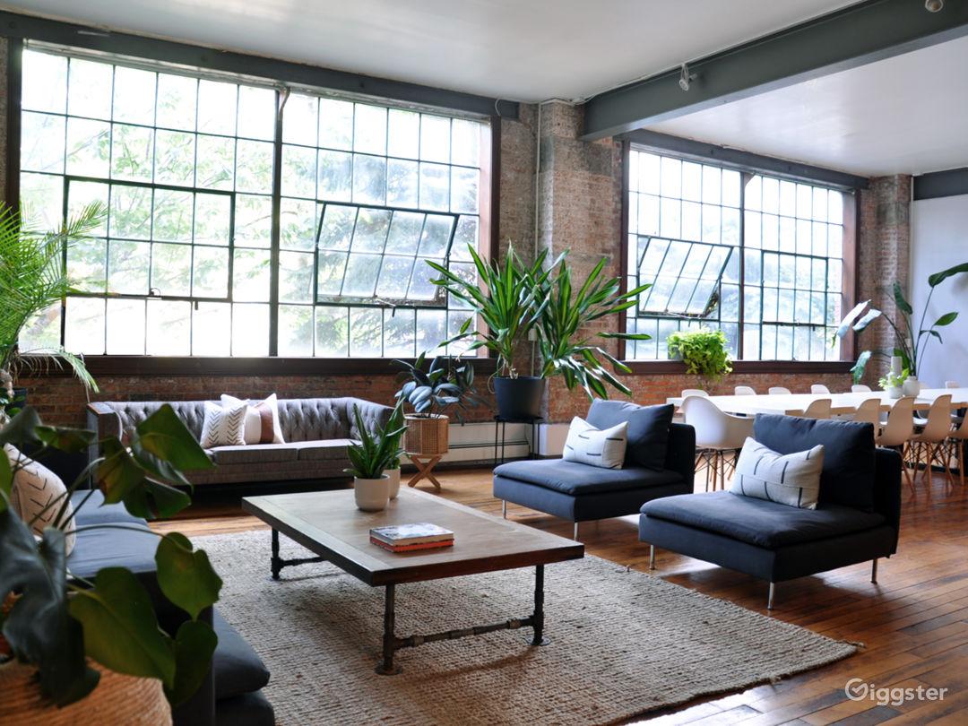 Inspirasi ruangan meeting bergaya industrial dengan jendela besar - source: giggster.com