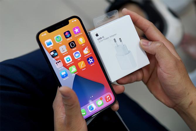 iPhone 12 chính hãng mới bán ra tại Việt Nam. Ảnh: Huy Đức