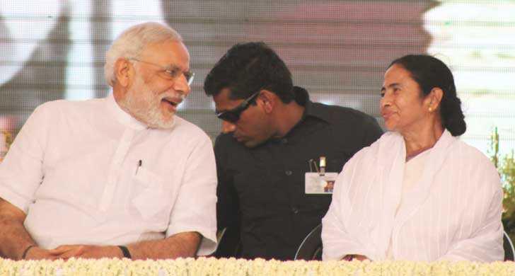 একই মঞ্চে, হাসিমুখে। বার্নপুরের পোলো গ্রাউন্ডে প্রধানমন্ত্রী নরেন্দ্র মোদী ও মুখ্যমন্ত্রী মমতা বন্দ্যোপাধ্যায়। ছবি: শৈলেন সরকার।