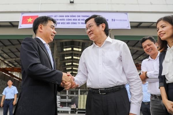 Nguyên Chủ tịch Nước Trương Tấn Sang thăm, động viên cán bộ, nhân viên Nhà máy panel Phương Nam