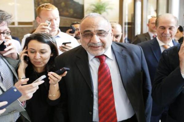 عادل عبد المهدي بين حشد من الصحافييين