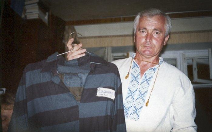 Василь Овсієнко показує свою тюремну робу