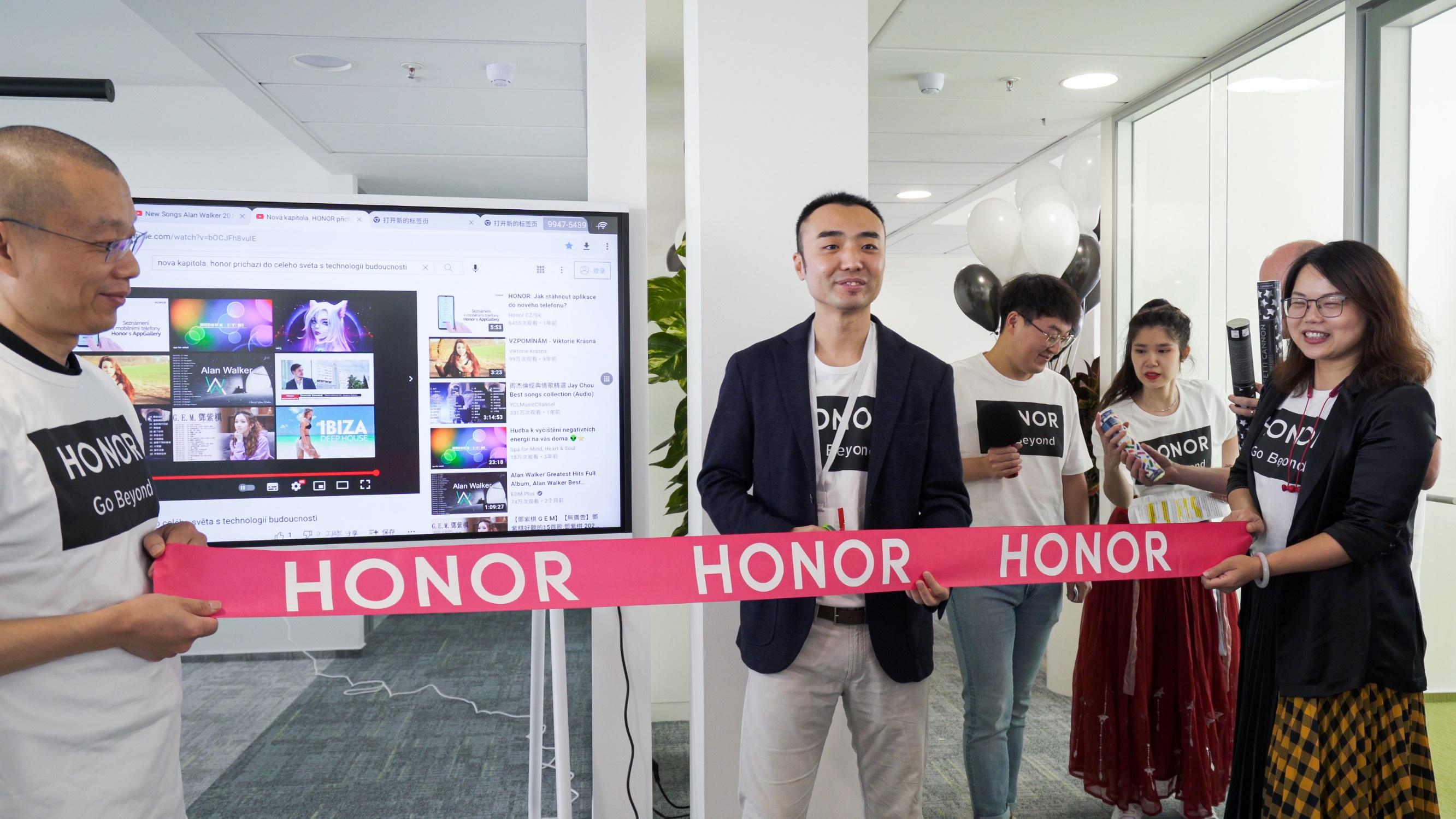 A group of people standing in front of a screen  Description automatically generated with medium confidence