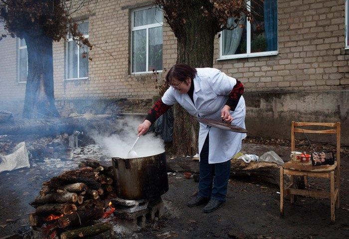 Медсестра готує їжу на вогні через брак газу в лікарні, Донецьк, 17 грудня 2014.