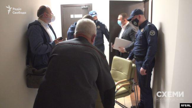Після завершення засідання кілька людей у коридорі завадили поставити питання членам ВРП