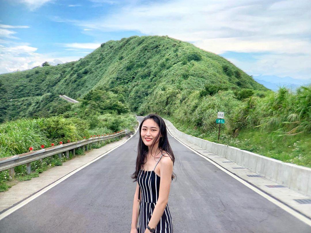 Photo by 雅淇 in 不厭亭. 圖像裡可能有一或多人、山、天空、道路、戶外和大自然