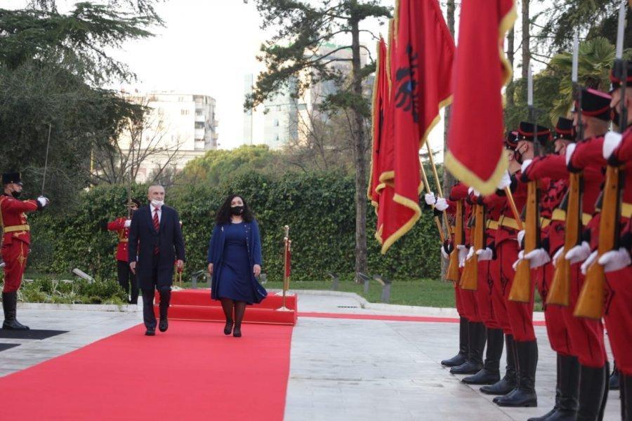 FOTO/ Vjosa Osmani nis vizitën zyrtare në Shqip� - Syri | Lajmi i fundit