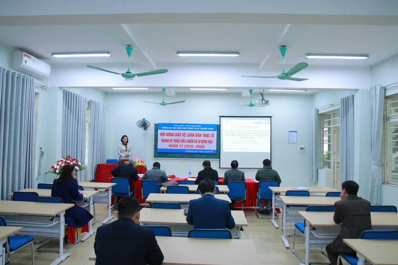 Các học viên trình bày tóm tắt luận văn