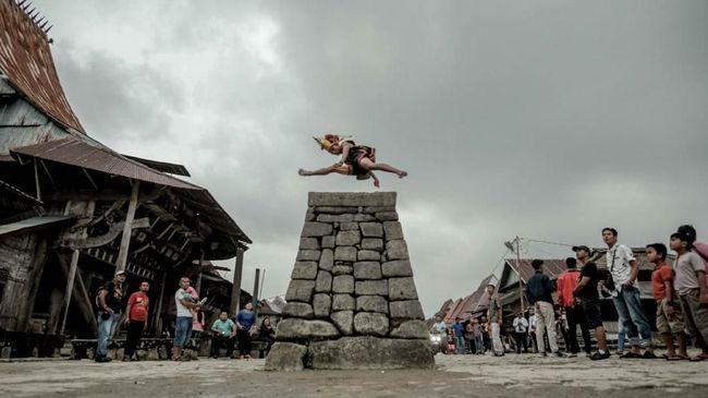 Tradisi Lompat Batu di Pulau Nias bermula sebagai syarat bagi pemuda desa untuk bisa ikut perang.