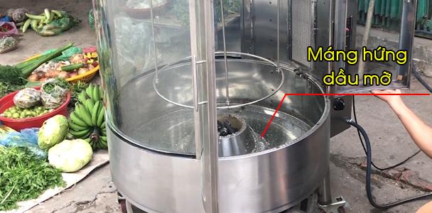 Đổ nước vào máng hứng mỡ giúp cho việc vệ sinh dễ dàng hơn