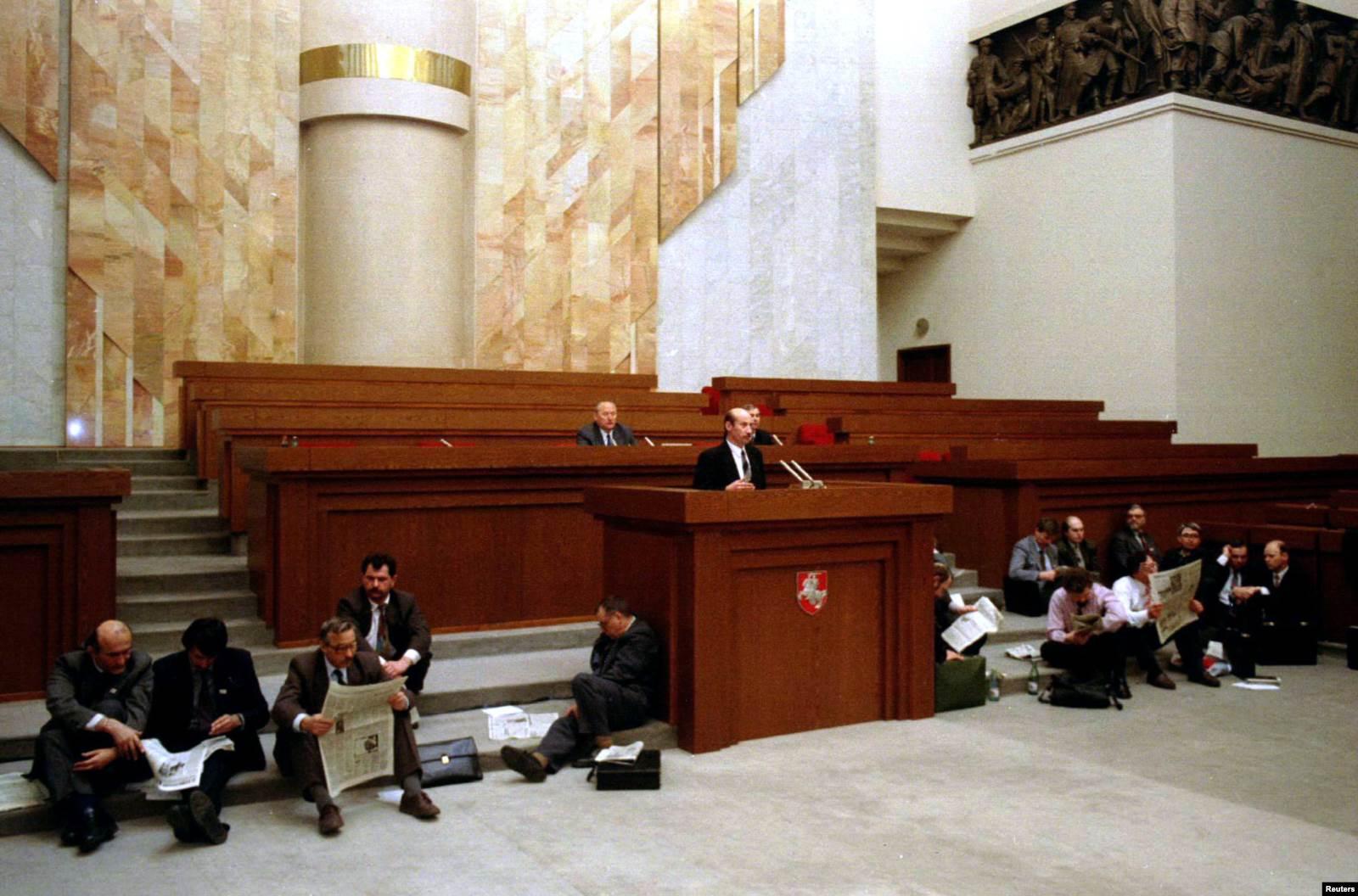 Группа белорусских парламентариев сидит на полу в зале заседаний Верховного Совета в Минске 11 апреля 1995 года. Фото: Reuters